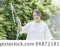 少婦澆灌的夏天圖像 66872181