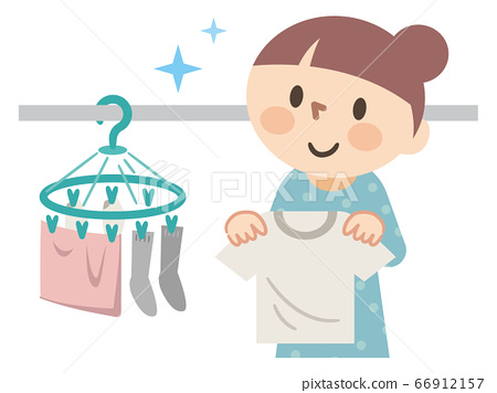 年輕的女士掛洗衣 66912157
