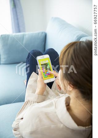 거실에서 뒹굴 뒹굴하는 여성 (게임 화면은 빅스타을 위해 만든 인형입니다) 66927757