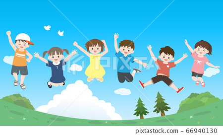 孩子們高高興興地跳躍的插圖藍藍的天空景觀 66940130