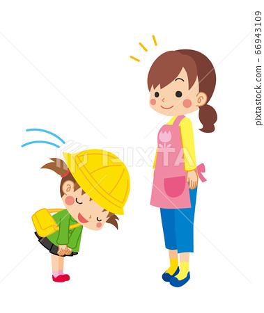 一个幼儿园的女孩礼貌地向老师鞠躬并打招呼 66943109