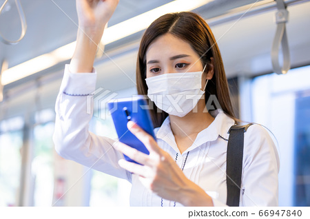 woman wear mask on mrt 66947840