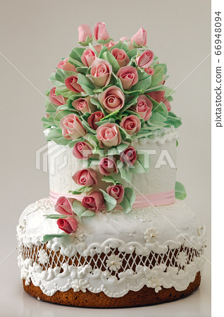 Wedding cake decorated with cream roses 66948094