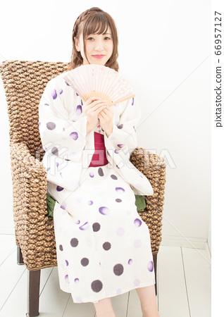 의자에 앉아 유카타 여성 66957127