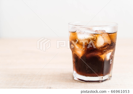 glass of cola with ice 66961053