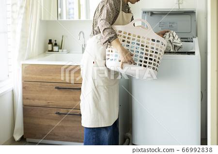 세탁 바구니를 가진 여자 66992838