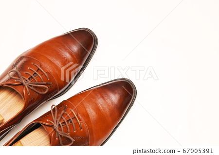 拋光光澤的棕色皮鞋 67005391