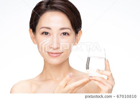 여성 생수 흰색 배경 67010810