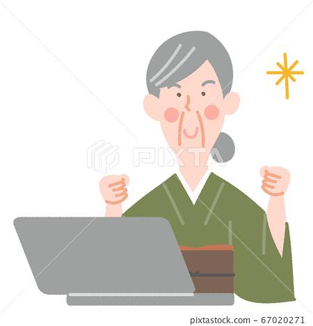 노트북과 기모노의 초로의 여성 67020271