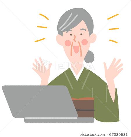 노트북과 기모노의 초로의 여성 67020681