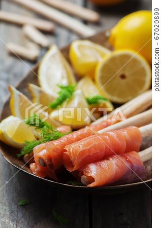 Smoked salmon with grissini and lemon 67020899