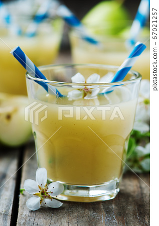 Fresh pears juice on the wooden table 67021257