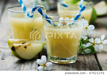 Fresh pears juice on the wooden table 67021258