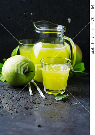 Fresh apple juice and green apples 67021664