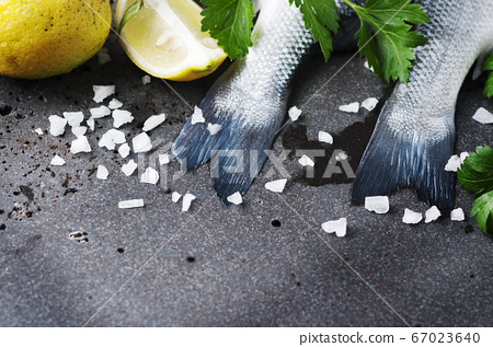 Raw seabass with salt, lemon and parsley 67023640