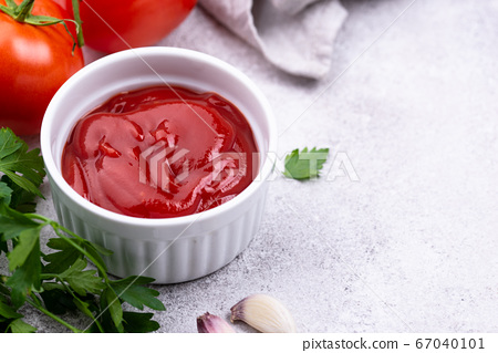 Fresh homemade tomato sauce with garlic 67040101