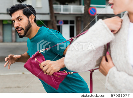 Man is stole the handbag from stranger woman 67081077