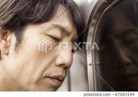 沮喪的商人乘火車 67083594