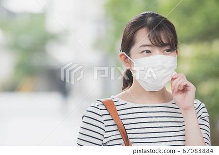 야외에서 마스크를하는 30 대 일본인 여성 67083884