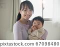 아기를 안고 20 대 어머니 · 가족 이미지 67098480