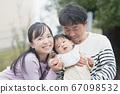 미소의 소년 아기와 부모 67098532