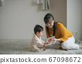 그림책을 보는 아기와 엄마 67098672