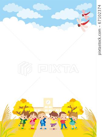 可愛的孩子們在秋季的一天聚集在小學前 67102374