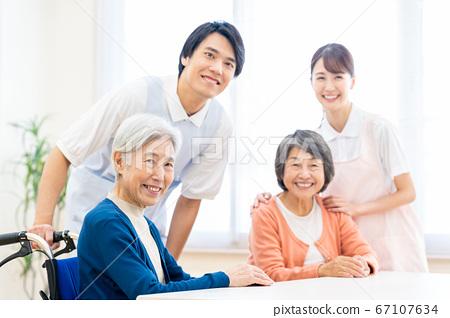 개호 노인 여성 병원 도우미 간병인 67107634