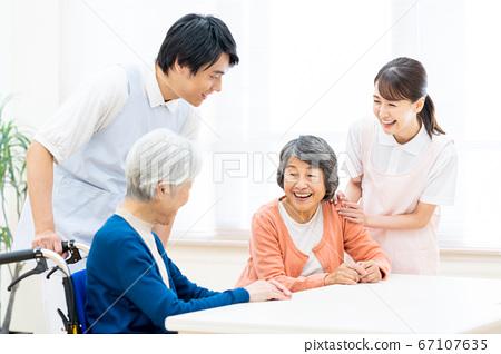 개호 노인 여성 병원 도우미 간병인 67107635