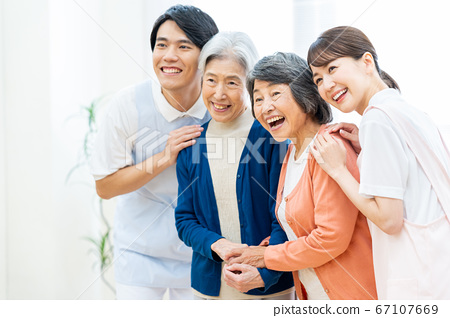 개호 노인 여성 병원 도우미 간병인 67107669
