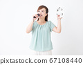 가라오케를하는 여성 67108440