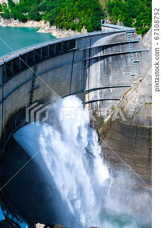 구로베 댐의 방류 67108752