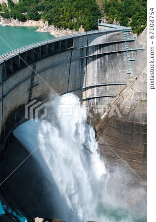 구로베 댐의 방류 67108754