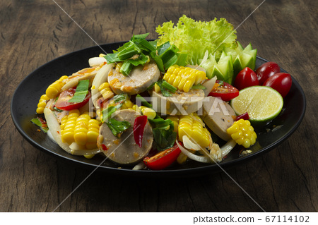 Spicy Vietnamese Pork Sausage Salad with corn 67114102