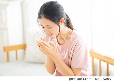 Woman, sickness 67115805