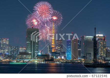 도시 야경 도쿄 타워와 불꽃 놀이 합성 67122546