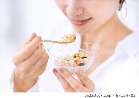 아침 식사 여성 67154783