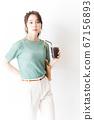 办公室休闲女人喝冰咖啡 67156893