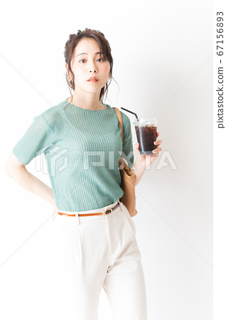 아이스 커피를 가진 사무실 캐주얼 여성 67156893