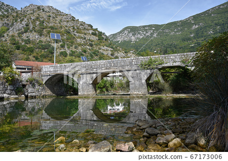 青山守,路般的河面一橋橋小橋,河邊由紀由紀香山富也,河面陰。 67173006
