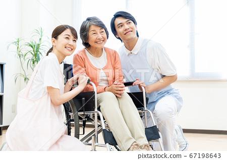 護理高級女醫院幫助護老者 67198643