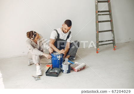 The young and cute family repairs the room 67204029
