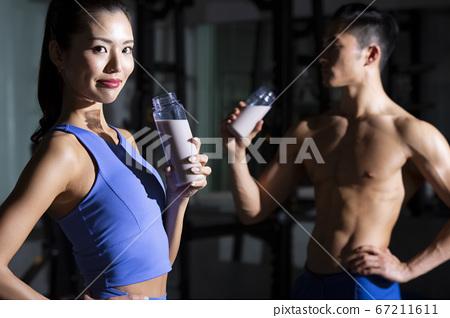 男人和女人在健身房休息 67211611