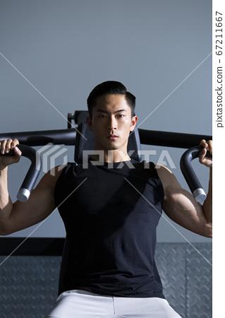 在健身房訓練的人 67211667