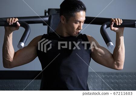 在健身房訓練的人 67211683
