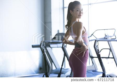 女人穿著運動服的肖像 67211718