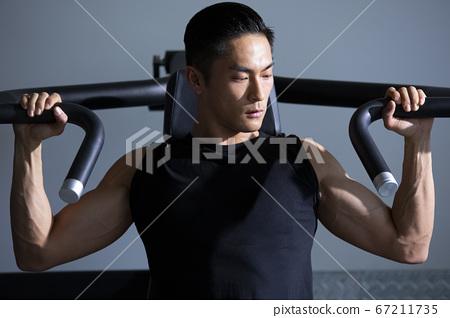 在健身房訓練的人 67211735