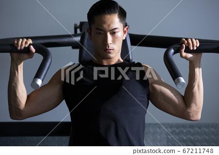 在健身房訓練的人 67211748