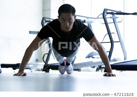 在健身房訓練的人 67211828
