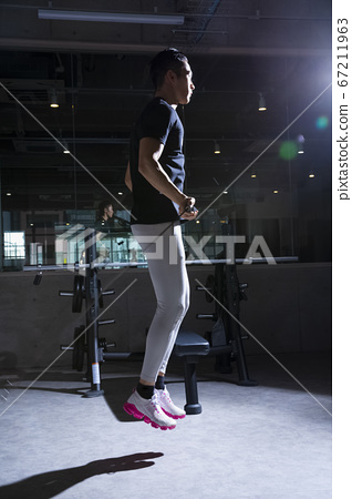 男子在健身房鍛煉身體 67211963
